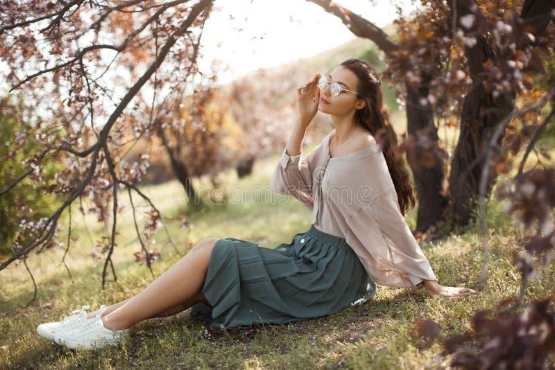 Extérieur de femme en parc près d'arbre de fleur de ressort photo stock