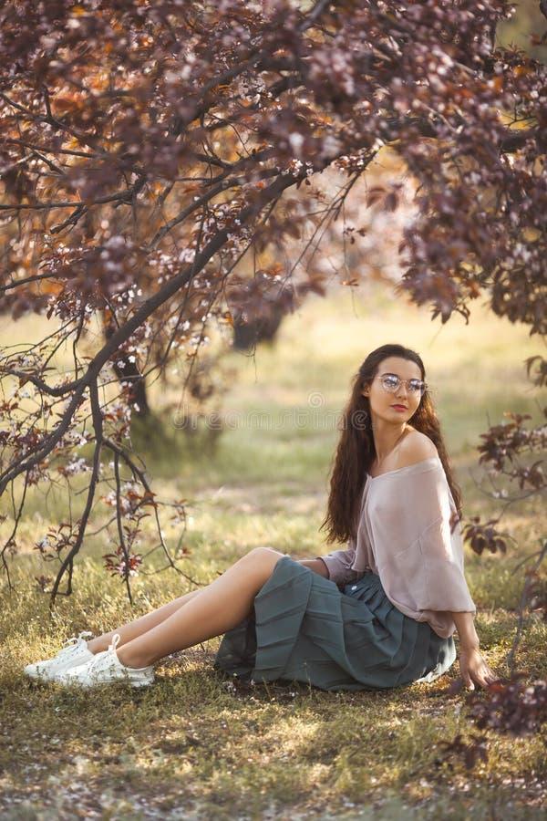 Extérieur de femme en parc près d'arbre de fleur de ressort photographie stock libre de droits