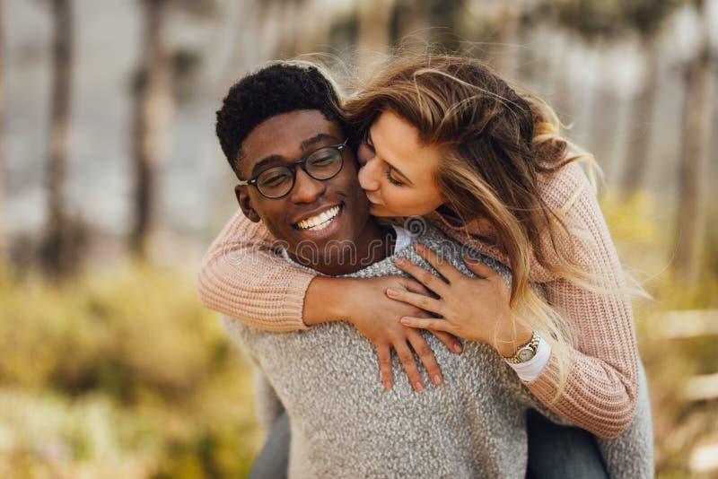 Extérieur de ferroutage de couples interraciaux images stock