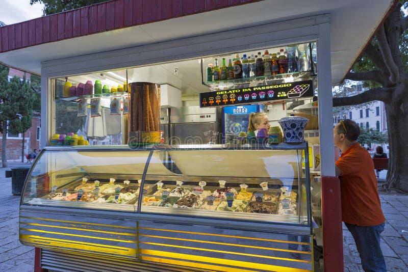 Extérieur de Gelateria - boutique de crème glacée italienne traditionnelle à Venise, Italie image libre de droits