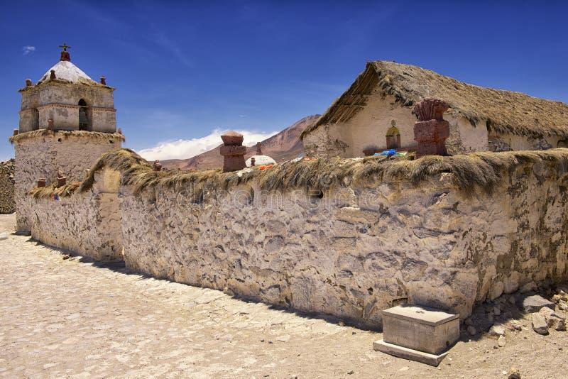 Extérieur de la belle église de village de Parinacota, Putre, Chili photo libre de droits