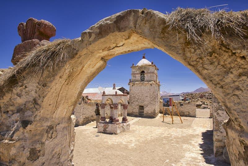 Extérieur de la belle église de village de Parinacota, Putre, Chili photos stock
