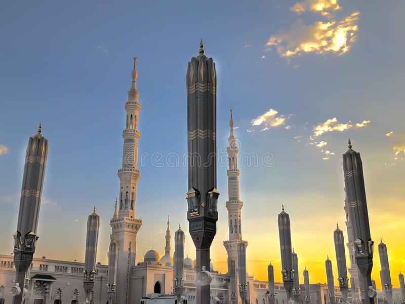 Extérieur de la tour, auvents au bâtiment de mosquée de Nabawi's en Médina photo stock
