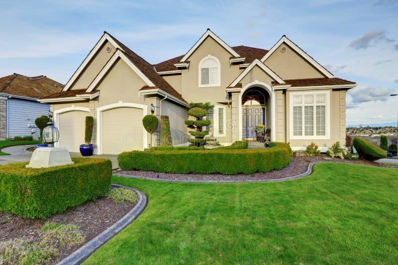 ext rieur de luxe de maison vue de porche d 39 entr e photo stock image du pelouse entr e 42488594. Black Bedroom Furniture Sets. Home Design Ideas