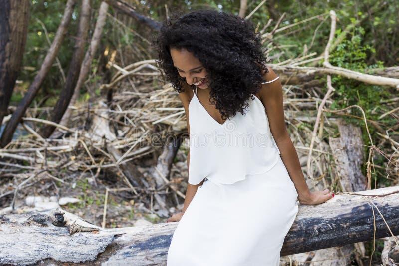 Extérieur de portrait d'un beau jeune smili afro-américain de femme photographie stock libre de droits