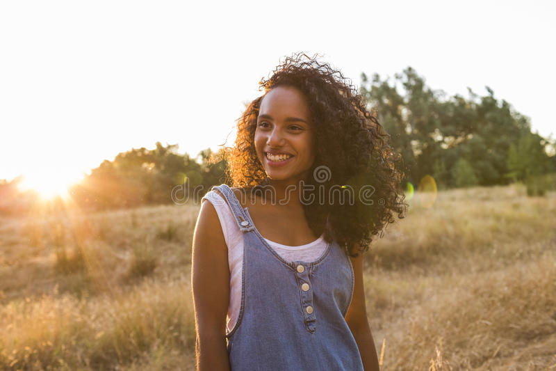 Extérieur de portrait d'un beau jeune smili afro-américain de femme photos stock