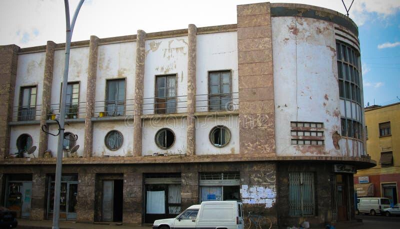 Extérieur de vieux style de construction d'Art Deco à la rue d'Asmara, l'Érythrée images libres de droits