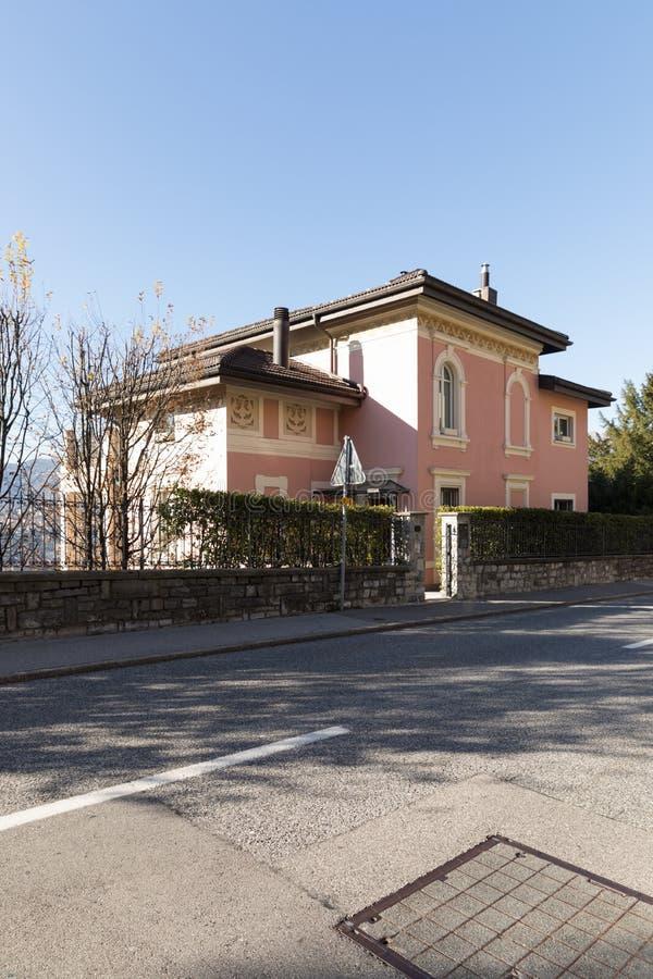 Extérieur de villa antique par la rue photographie stock libre de droits