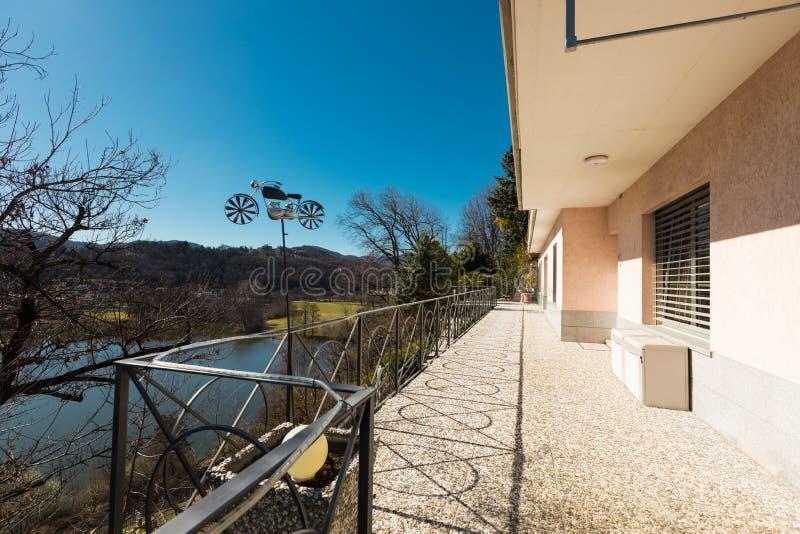 Extérieur de villa donnant sur les collines images stock