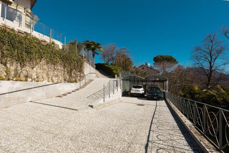 Extérieur de villa donnant sur les collines photographie stock libre de droits