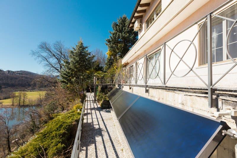 Extérieur de villa donnant sur les collines photos stock
