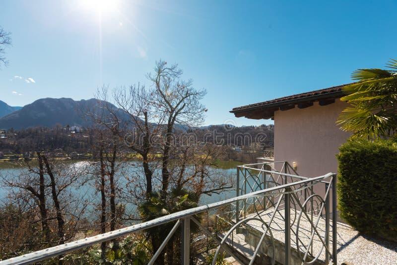 Extérieur de villa donnant sur les collines image libre de droits