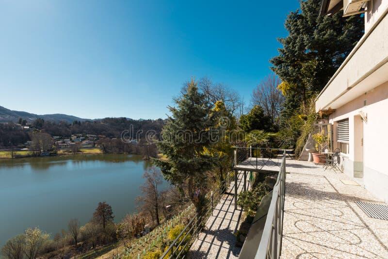 Extérieur de villa donnant sur les collines images libres de droits