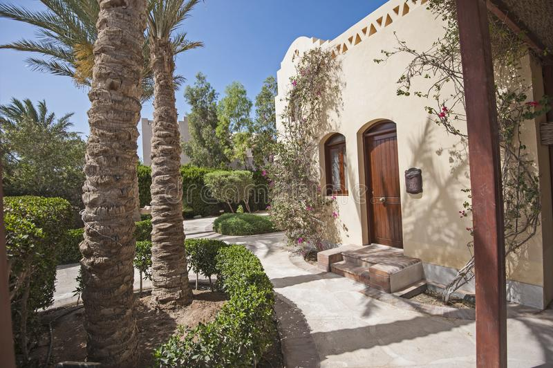 Extérieur de villa de luxe dans la station de vacances tropicale avec le Gard aménagé en parc photos stock
