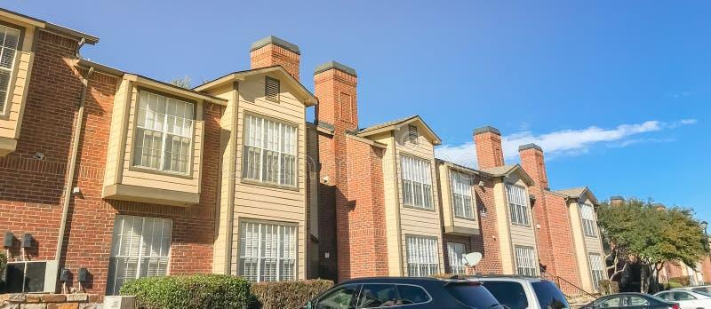 Extérieur de vue panoramique de l'immeuble dans les banlieues Dallas, image libre de droits