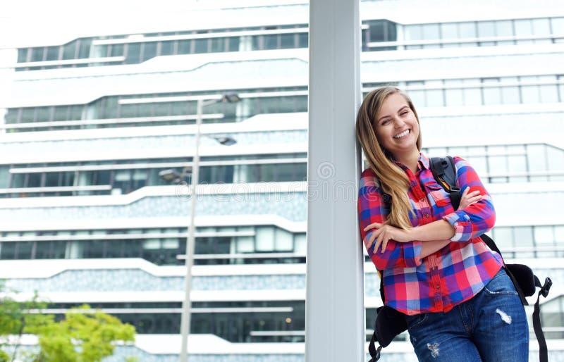 Extérieur debout d'étudiant universitaire féminin gai photographie stock libre de droits