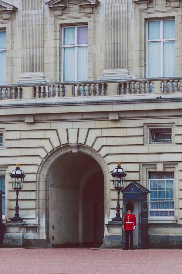 Extérieur debout de garde du ` s de reine de Buckingham Palace photos stock