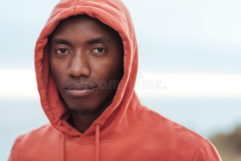 Extérieur debout de jeune homme africain sûr avant pour une course photographie stock