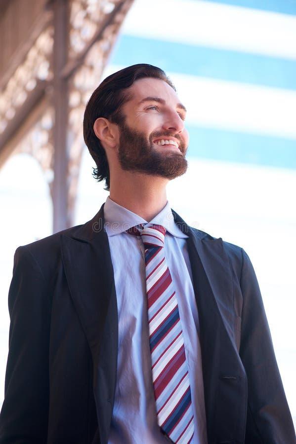 Extérieur debout de sourire d'homme d'affaires dans la ville image stock