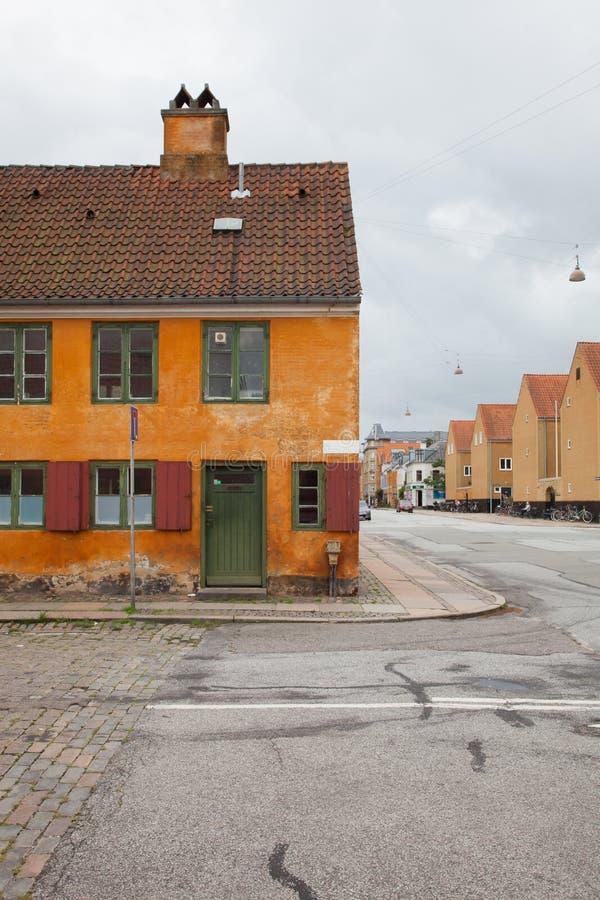 Extérieur des maisons antiques danoises images stock