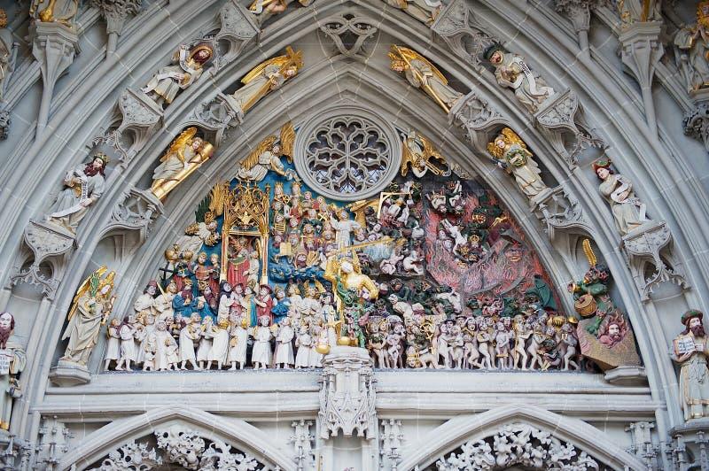 Extérieur du ` de sculpture en groupe le dernier ` de jugement au-dessus de l'entrée vers Munster de cathédrale de Berne à Berne, photographie stock libre de droits