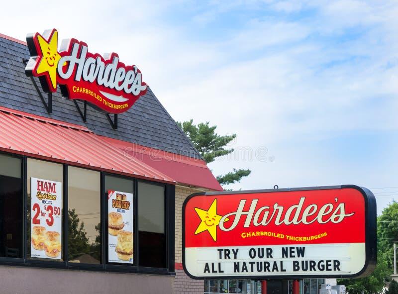 Extérieur et signe de restaurant de Hardee photos stock