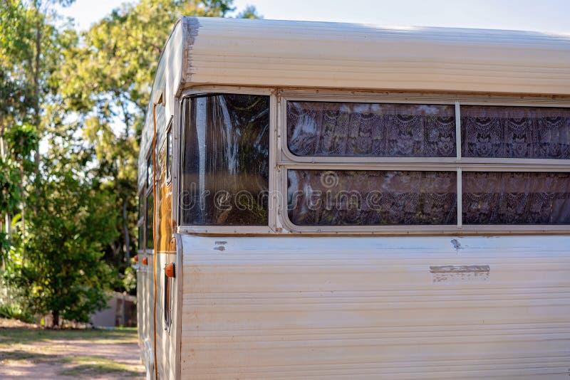 Extérieur grunge de vieille caravane de vintage photographie stock libre de droits
