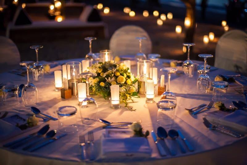 Extérieur installé par table de mariage images stock