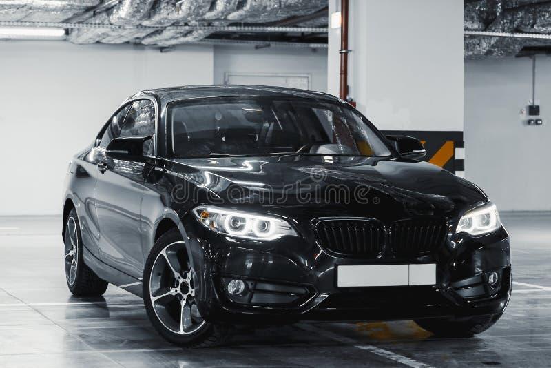 Extérieur moderne de voiture Voiture noire de luxe sur le stationnement Front View images libres de droits