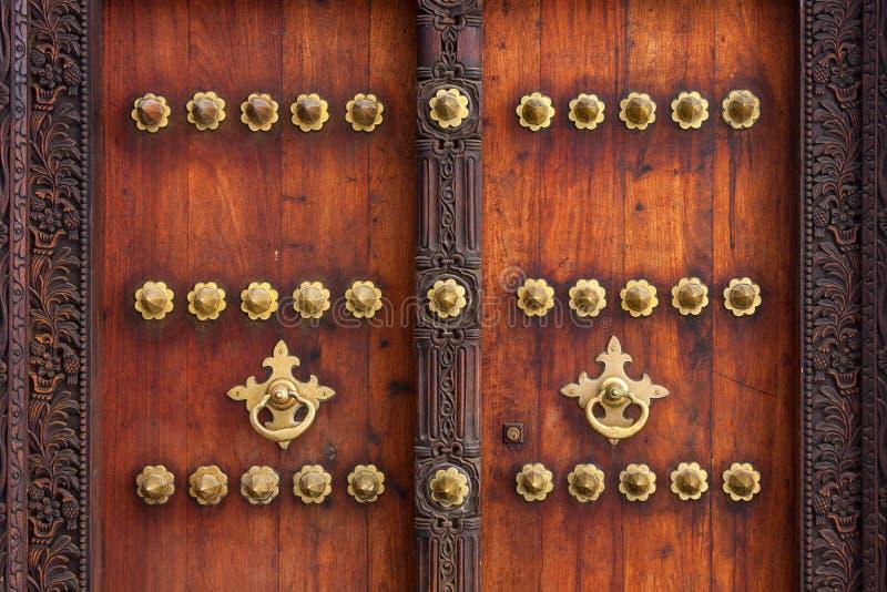 Extérieur traditionnel de porte de Zanzibar photographie stock libre de droits