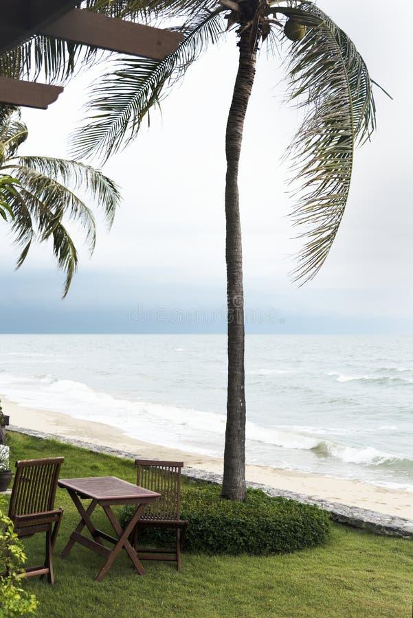 Extérieurs d'un lieu de villégiature luxueux par la mer photo libre de droits