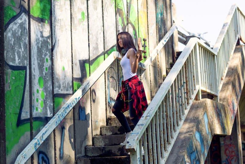 Ext?rieur de planche ? roulettes de participation de jeune fille, mode de vie urbain images stock
