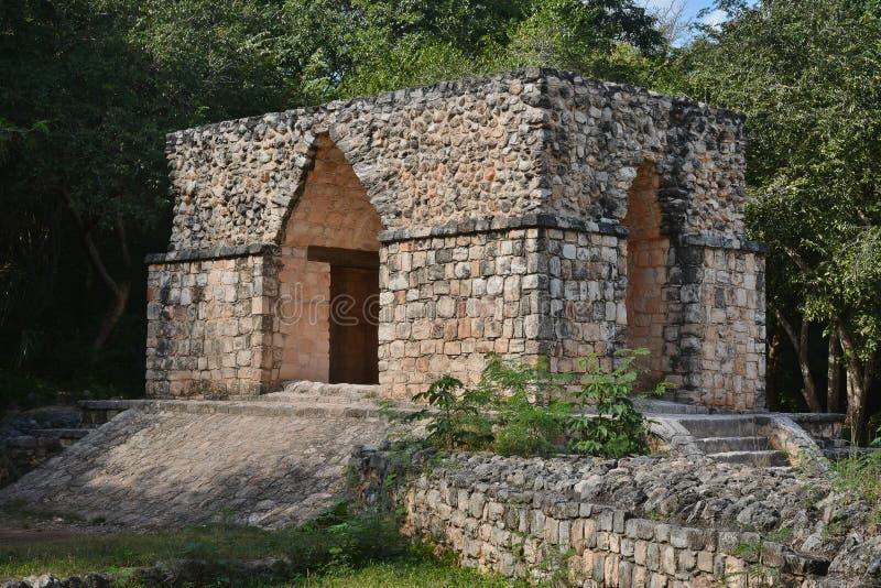 Extasie o arco a Ek Balam (jaguar preto) na península do Iucatão, M fotos de stock