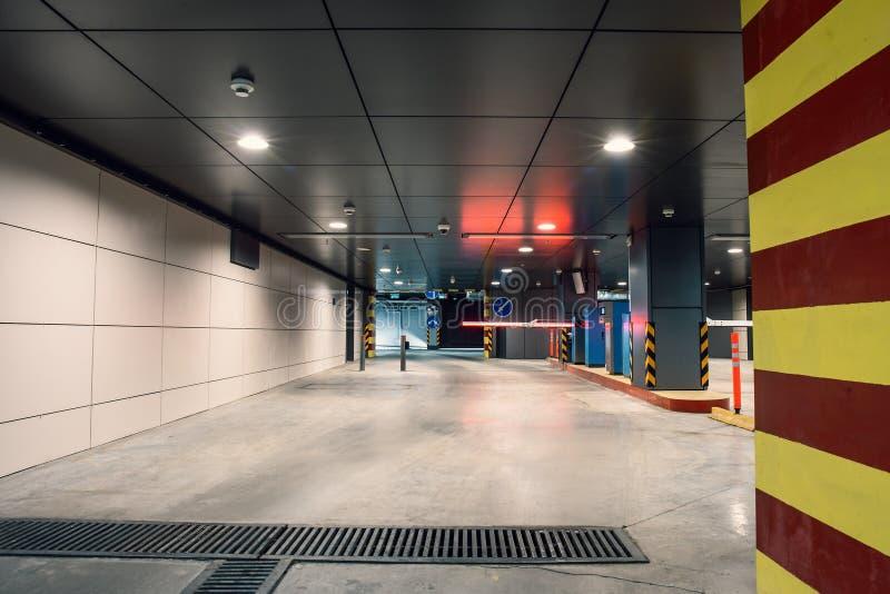 Extasie a porta ao parque de estacionamento da garagem subterrânea, auto interior do parque para dentro imagem de stock
