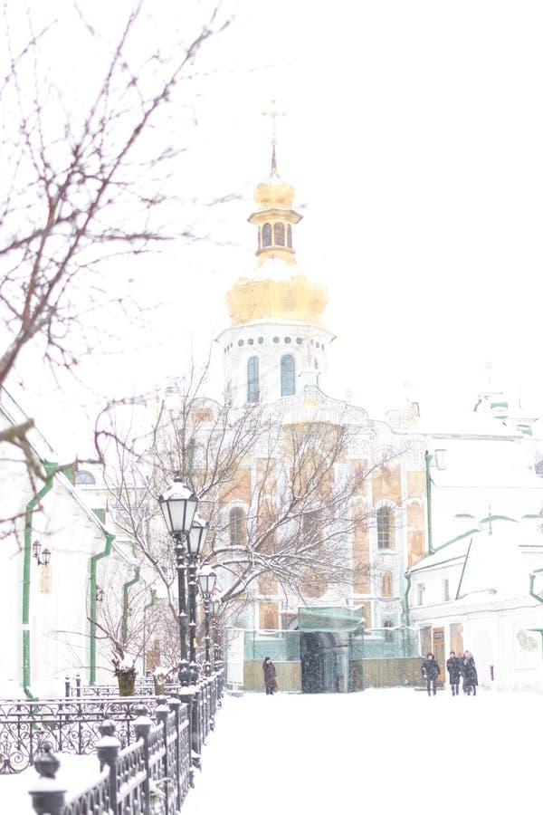 Extasie a porta do Pechersk Lavra em Kiev, Ucrânia A igreja da porta da trindade na neve do inverno fotos de stock royalty free