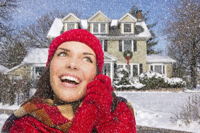 Extatische Gemengde Rasvrouw in de Winterkleding buiten in Sneeuw royalty-vrije stock fotografie