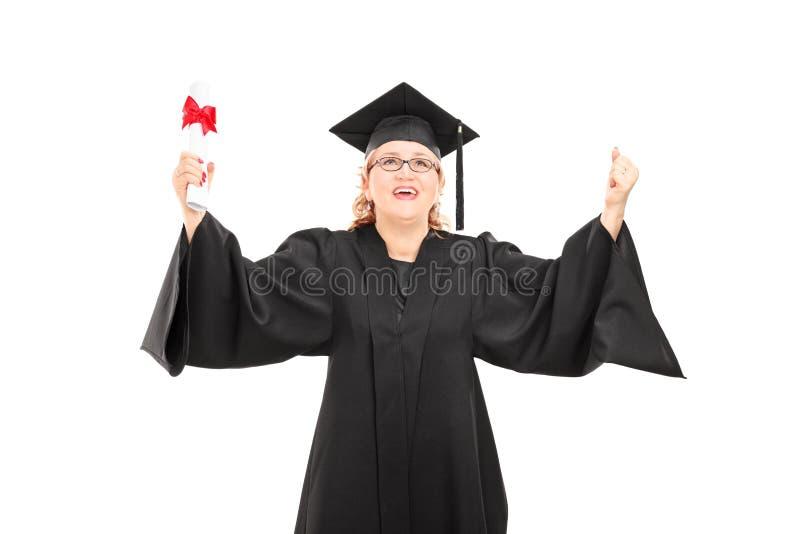 Extatische rijpe vrouw die een diploma houden stock fotografie