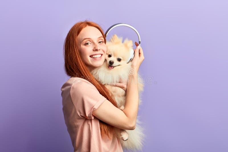Extatische roodharige meisje het besteden tijd met haar beste vriend stock foto's