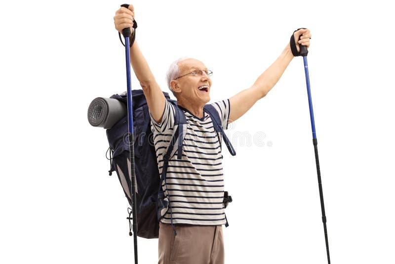 Extatisk äldre fotvandrare som gör en gest lycka royaltyfria bilder