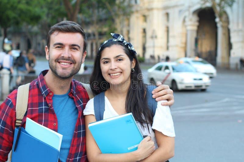Extatiska par av internationella studenter utomlands royaltyfri foto