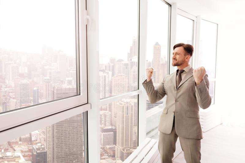 Extatiskt affärsmananseende i kontoret arkivfoton