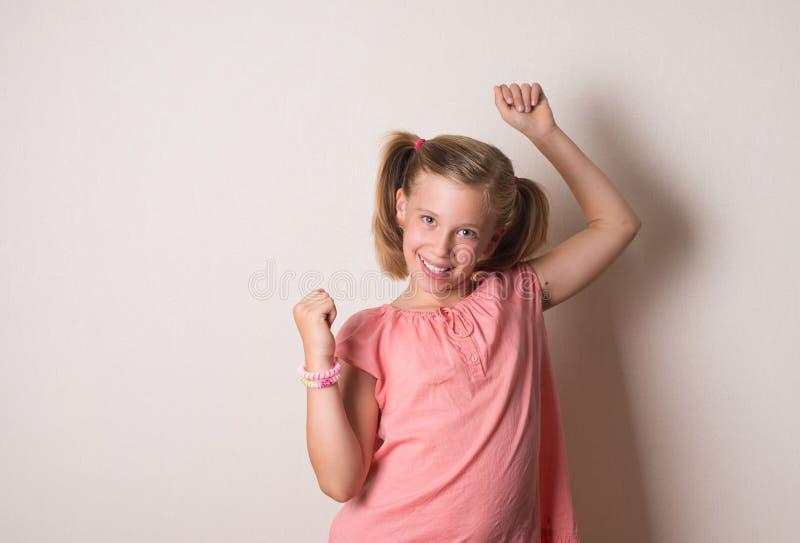 Extatiskt fira för lycklig vinnande framgångliten flicka vara en w arkivbild