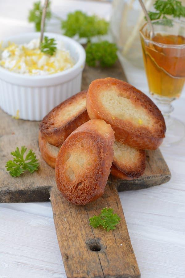 Extensión de queso con pan tostado foto de archivo libre de regalías