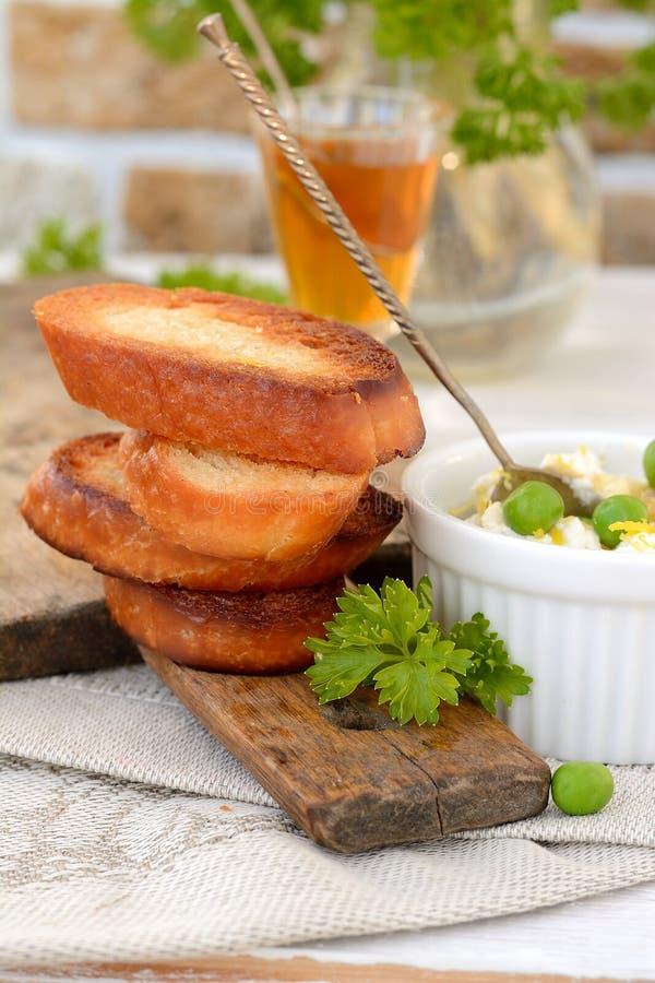 Extensión de queso con pan tostado fotografía de archivo libre de regalías