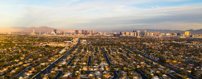 Extensión residencial larga de la visión panorámica fuera de la tira Las Vegas imagen de archivo
