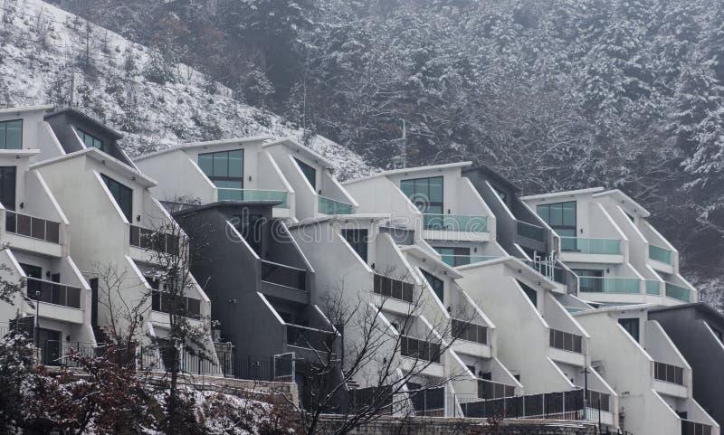 Exteriior futurystyczny budynek brzeg rzekim fotografia stock
