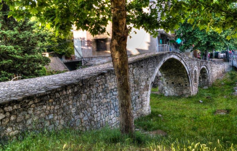 Exterioir sikt till garvarebron nära den Lana floden, tirana, Albanien royaltyfri foto