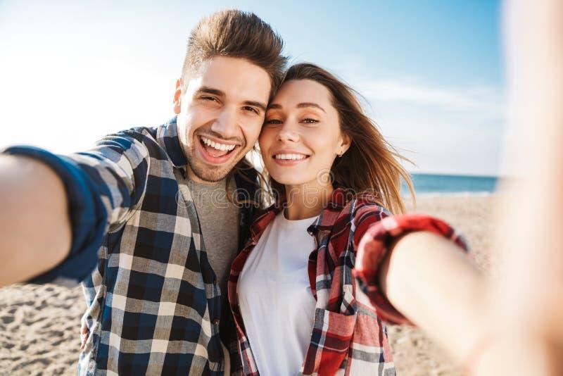 Exterior cariñoso joven feliz de los pares en selfie de la toma de las vacaciones que acampa alternativas libres por la cámara fotos de archivo libres de regalías