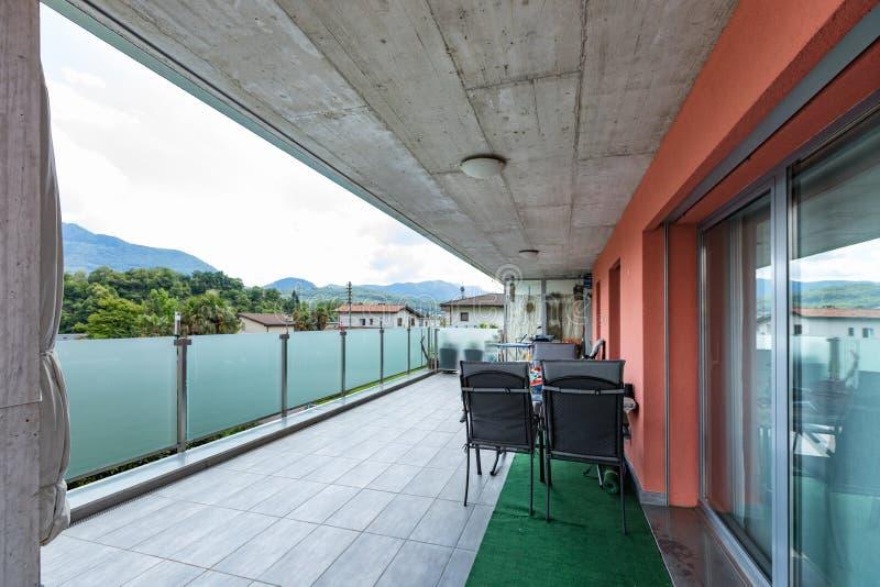 Exterior constructivo rojo con la terraza grande y el parapeto de cristal fotos de archivo