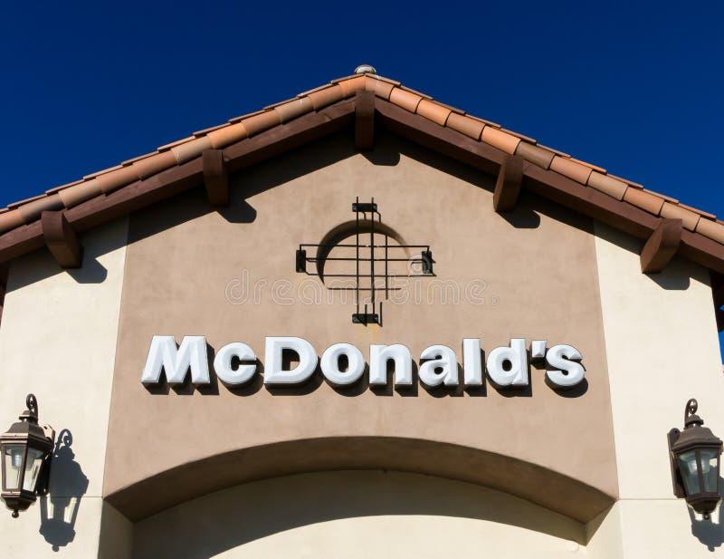 Exterior contemporâneo do restaurante de McDonald's fotos de stock royalty free